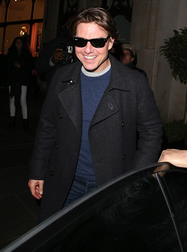 259685EE00000578-2950149-Happy days Tom flashed his pearly whites as he left the celebrit-a-4 1423727409137 b58df