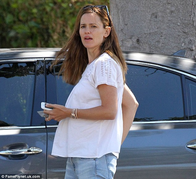 2D20EE2800000578-3261976-Having fun with a rumour Jennifer Garner wore a maternity style -m-14 1444140074013 f9019