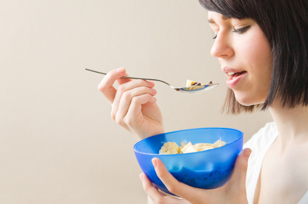 woman-eating-cereal-on-the-go f670c